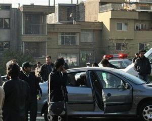 Fotografía difundida por la agencia noticiosa Fars, según la cual muestra el automóvil dañado de un científico nuclear tras un ataque con bomba en Teherán, el lunes 29 de noviembre de 2010. (Foto AP/Agencia noticiosa Fars)