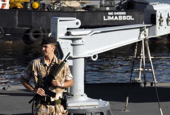 """Tripulante del Buque de la Armada Inglesa """"Manchester"""", a su arribo al puerto de La Habana, Cuba, el 15 de noviembre de 2010.    AIN FOTO/Omara GARCIA MEDEROS"""