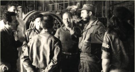 En la reunión del central Oriente, Fidel estuvo acompañado por Vilma, Raúl, el comandante del Batallón 18 rendido en Jigüe, José Quevedo, extrema izquierda, y otras personas.