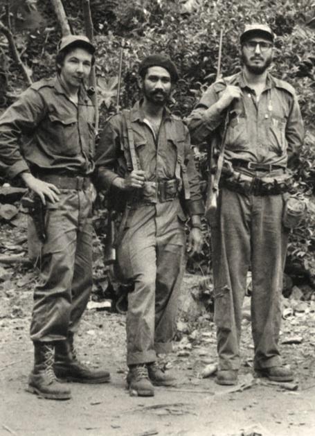 Los comandantes Raúl y Almeida, junto al Comandante en Jefe Fidel Castro. Las columnas bajo su mando cercaron a Santiago.