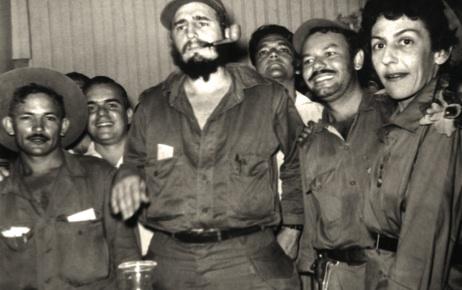 En primer plano, de izquierda a derecha, el comandante Guillermo García Frías, Fidel, un combatiente no identificado y Celia; Palma Soriano, diciembre de 1958.