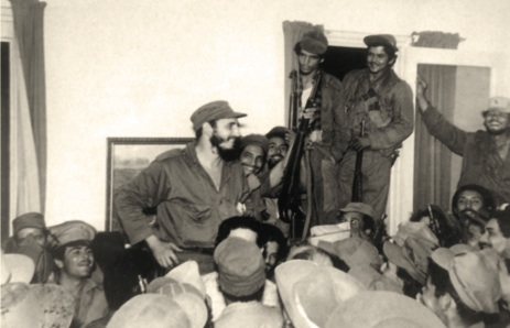 Fidel rodeado de combatientes en Palma Soriano.