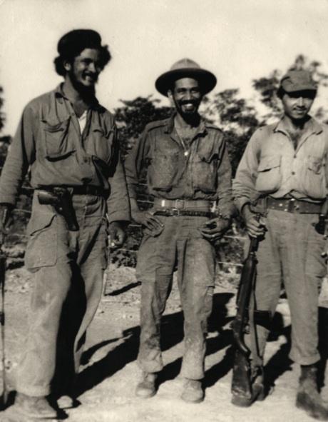 De izquierda a derecha, el teniente Fidel Vargas, el comandante Juan Almeida y el teniente Israel Pardo Guerra.