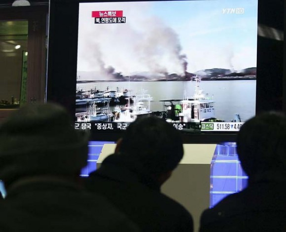 Varias personas se detienen para observar como se desarrollan los acontecimientos relacionados con un ataque por sorpresa de Corea del Norte contra una isla surcoreana. EFE/KIM HEE- CHUL