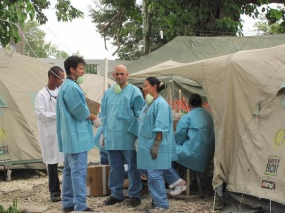 Cubanos y graduados de la ELAM en el Centro de Tratamiento del Cólera.