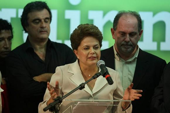 """BRASILIA (BRASIL), 31/10/2010.- La presidenta electa de Brasil, Dilma Rousseff, pronuncia un discurso hoy, domingo 31 de octubre de 2010, en Brasilia, durante el mítin de celebración de su victoria contra José Serra, del opositor Partido de la Social Democracia Brasileña (PSDB), en la segunda vuelta de las elecciones presidenciales. Rousseff se comprometió a garantizar las libertades de prensa y religiosa y a promover la """"igualdad entre hombres y mujeres"""", pues, dijo, son todos """"principios esenciales de la democracia"""". EFE/MARCELO SAYAO"""