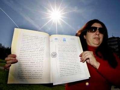 La supuesta dueña del Sol, con su registro de propiedad. Foto: La Voz de Galicia