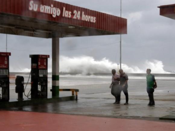 Penetración del mar en el Malecón habanero. Foto: Canal Habana/ El Taburete