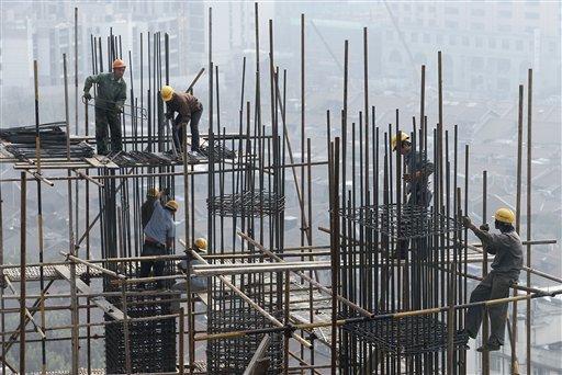 Foto del 10 de octubre del 2009 muestra la construcción de un edificio en la ciudad china de Shanghai. China creció un 11,9% en el primer trimestre, anunció el gobierno el jueves, 15 de abril del 2010. (Foto AP/Eugene Hoshiko, archivo)