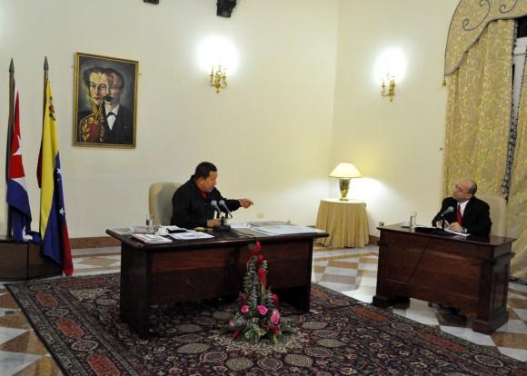 Hugo Chávez y Randy Alonso durante el programa especial emitido desde La Habana. Foto Estudios Revolución