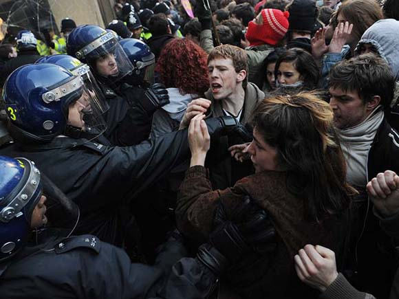 Miles de estudiantes protestan hoy en Reino Unido