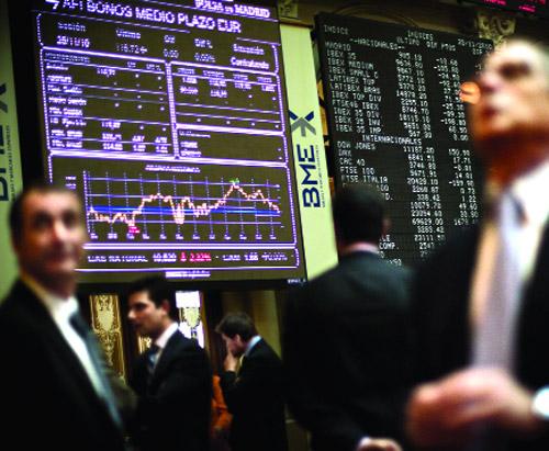El mercado de valores español volvió a registrar esta semana una fuerte caída en la cotización de las principales firmas ibéricas. (Foto: AP)