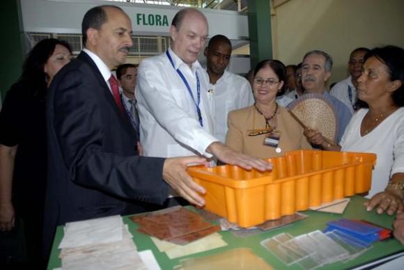 Mustafa Benbada (I), ministro de Comercio de la República Democrática y Popular de Argelia, junto a Rodrigo Malmierca Díaz (C), ministro de Comercio Exterior e Inversión Extranjera de Cuba, durante un recorrido realizado por el Pabellón argelino en la XXVIII Feria Internacional de La Habana (FIHAV 2010), en el recinto ferial de EXPOCUBA, en La Habana, el 01 de noviembre de 2010.  AIN FOTO/Omara GARCIA MEDEROS