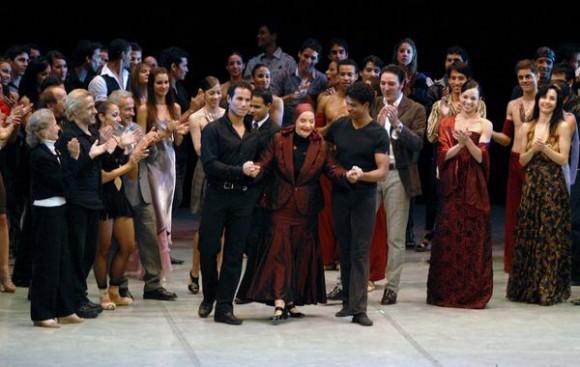Alicia Alonso acompañada por los bailarines José Manuel Careño y Carlos Acosta recibe el homenaje del público en el Gran Teatro de La Habana, el 7 de noviembre de 2010, durante la Gala de clausura del 22 Festival Internacional de Ballet.  AIN  FOTO/Roberto MOREJON RODRIGUEZ