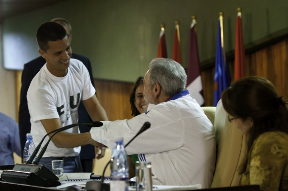 Fidel con universitarios. Foto: Roberto Chile