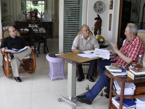 Fidel Castro, Michel Chossudovski y Randy Alonso, durante la  entrevista. Foto: Estudios Revolución