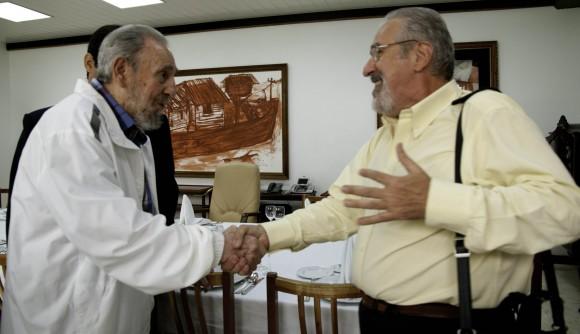 Fidel saluda a Atilio Borón. Foto: Roberto Chile