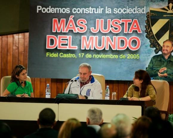Fidel, con Maidel Gómez, presidenta de la FEU (a la izquierda) y la primera secretario de la UJC, Liudmila Álamo.  Foto: Alex Castro