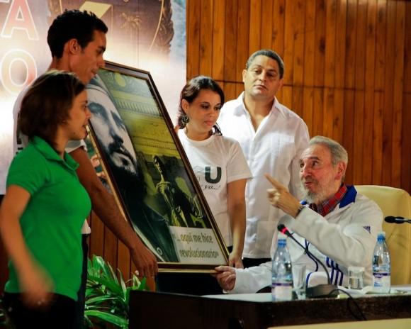 Los jóvenes que invitaron a Fidel a recordar el quinto aniversario del discurso en el Aula Magna. Foto: Alex Castro