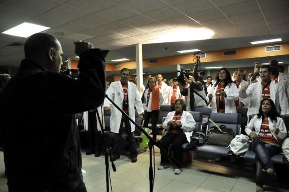 El ministro de Salud Dr. Roberto Morales da la bienvenida a los médicos. Foto: Roberto Chile.