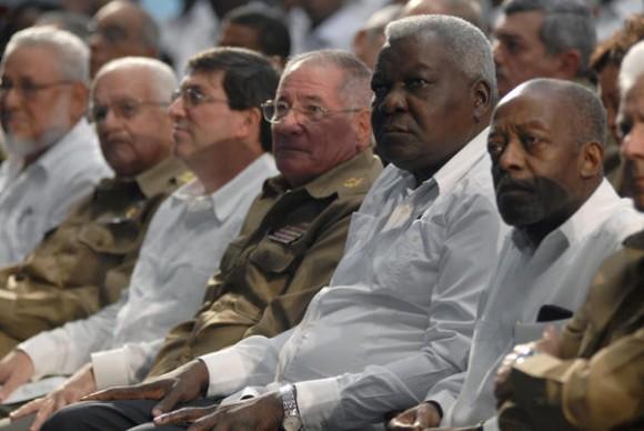 El Miembro del Buró Político del Partido Comunista de Cuba y Vicepresidente del Consejo de Estado, Esteban Lazo Hernández (C. der.), junto al Sr. Antonio José Condesse de Carvalho (D), Embajador de Angola en La Habana, durante el acto en conmemoración del 35 aniversario de la Proclamación de la Independencia de ese hermano país, celebrado en la Sala Universal de las Fuerzas Armadas Revolucionarias (FAR), el 11 de noviembre de 2010.  AIN  FOTO/Omara GARCIA MEDEROS