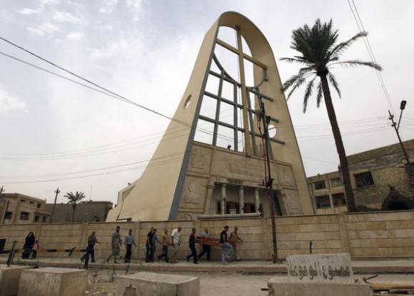 Diversos ciudadanos trasladan el ataúd de una de las víctimas del asalto a la iglesia de Nuestra Señora de la Salvación, hoy, en Bagdad. Hadi Mizban | AP