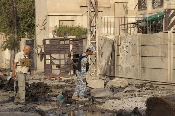 Personal de seguridad inspecciona hoy los exteriores de la iglesia de Nuestra Señora de la Salvación, en el centro de Bagdad, asaltada ayer por un grupo de insurgentes. MOHAMMED AMEEN | REUTERS
