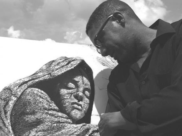 Jesús Lara junto a una de sus piezas. Foto: F. Coppola