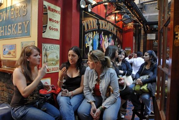 Tres jóvenes en un pub en Dublín (Irlanda).- Foto: AFP