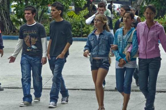 Un grupo de adolescentes entran a la heladería Coppelia, durante el inicio de la temporada invernal, en La Habana, Cuba, el 7 de noviembre de 2010. AIN  FOTO/Abel ERNESTO