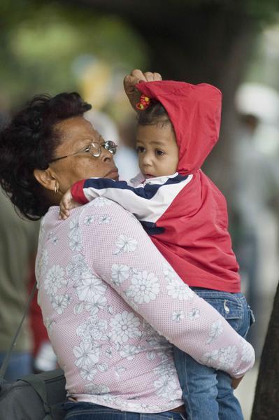 Una abuela con su nieto, durante el inicio de la temporada invernal, en La Habana, Cuba, el 7 de noviembre de 2010. AIN  FOTO/Abel ERNESTO