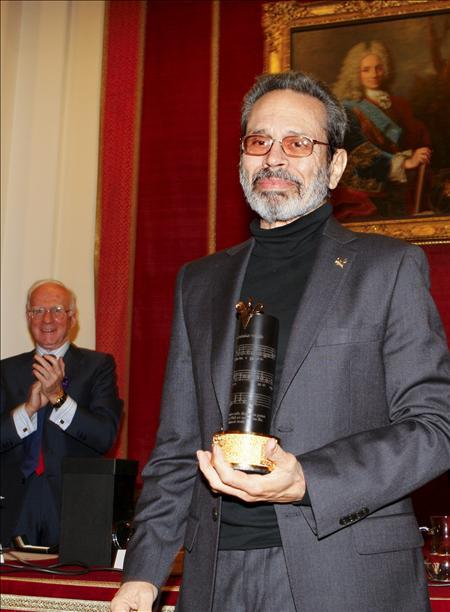 "Leo Brouwer recibe el premio SGAE 2010 que ""une la cultura iberoamericana""."