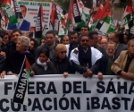 """Una multitudinaria manifestación convocada por la Coordinadora Estatal de Asociaciones Solidarias con el Sáhara ha comenzado poco después del mediodía en el centro de Madrid, con algunos incidentes y quema de banderas marroquíes y la presencia en su cabecera de dirigentes del PP, IU, UPyD, UGT y CCOO.  La manifestación ha sido convocada por la Coordinadora Estatal de Asociaciones Solidarias con el Sáhara (CEAS-Sáhara) y la Plataforma cívica pro Referéndum en el Sáhara. El objetivo de la marcha es mostrar la """"repulsa por los asesinatos que se están produciendo en El Aaiún, después de haber sido salvajemente arrasado el campamento cívico de Gdeym Izik""""."""