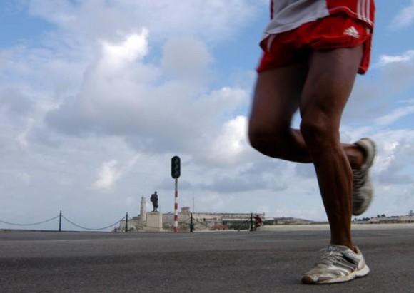 Competidor durante la maratón Marabana 2010, el 21 de noviembre de 2010, La Habana, Cuba. AIN FOTO/Sergio ABEL REYES