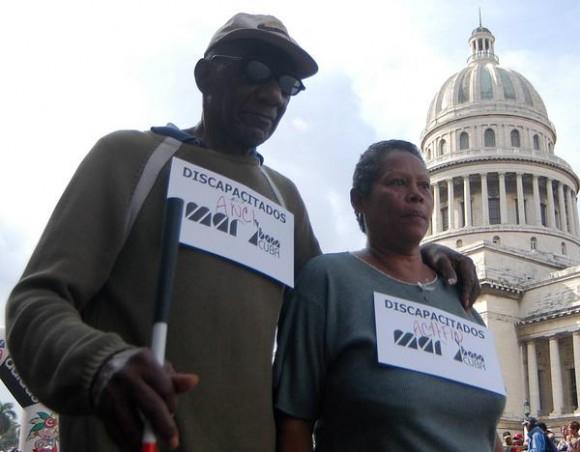 Una pareja de discapacitados participa en MARACUBA 2010, como parte de las actividades por el Día de la Cultura Física y el Deporte, 20 de noviembre de 2010, La Habana, Cuba. AIN FOTO/Sergio ABEL REYES