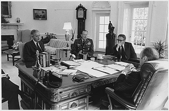 El presidente de Ford se reúne en la Oficina Oval con Brent Scowcroft, Adjunto al Presidente para Asuntos de Seguridad Nacional, Martin Graham, embajador de Estados Unidos a la República de Vietnam, el jefe del Estado Mayor General Frederick Weyand, y el secretario de Estado Henry A. Kissinger discutir la situación en Vietnam., 03/25/1975