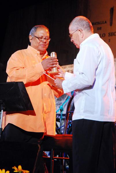 Pablo Milanés(I) recibe la Réplica de la Pluma de El Cucalambé, de manos de Felix Ramos(D), viceprecidente de de la Unión de Escritores y Artistas de Cuba(UNEAC) en la provincia, en la Plaza de la Revolución Mayor General Vicente Gracía, en la Oriental provincia de Las Tunas, Cuba, el 15 de noviembre de 2010. AIN FOTO/ Yaciel PEÑA DE LA PEÑA