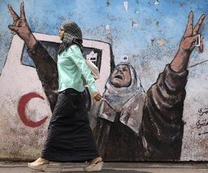 palestina-gaza-una-mujer-pasa-frente-a-un-muro-reuters-580x416