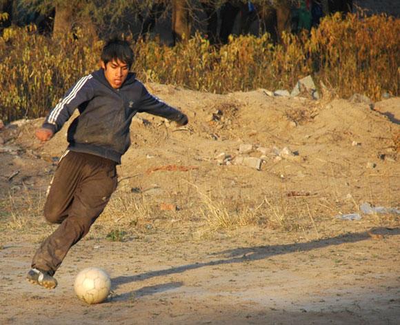 Argentinos descubren y disfrutan el fútbol desde niños. Foto: Kaloian