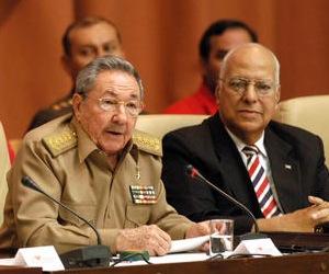 Cabrisas (a la derecha) junto a Raúl Castro en una reunión de trabajo. Foto: Archivo
