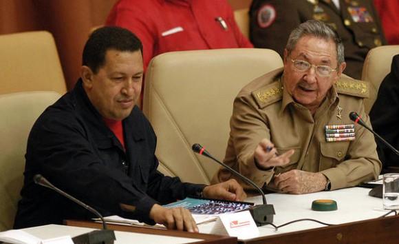 Los presidentes de Cuba, el General de Ejército Raúl Castro Ruz (D), y de Venezuela, Hugo Rafael Chávez Frías (I), en  el acto por el décimo Aniversario del Convenio Integral de Cooperación entre ambos países, efectuado en el Palacio de Convenciones, en La Habana, Cuba, el 8 de noviembre de 2010.   AIN   FOTO/Sergio ABEL REYES/sdl