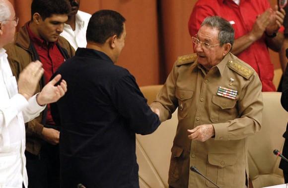 Los presidentes de Cuba  y de Venezuela, el General de Ejército Raúl Castro Ruz (D) y Hugo Rafael Chávez Frías (C izq.), respectivamente, en el acto por el décimo Aniversario del Convenio Integral de Cooperación entre ambos países, efectuado en el Palacio de Convenciones, en La Habana, Cuba, el 8 de noviembre de 2010.  AIN   FOTO/Sergio ABEL REYES/sdl