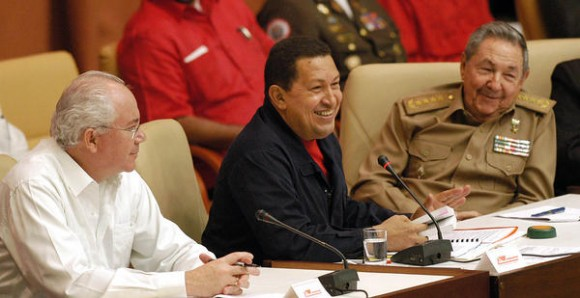Intervención del presidente venezolano Hugo Chávez Frías (C), en el acto por el décimo Aniversario del Convenio Integral de Cooperación entre Cuba y Venezuela, efectuado en el Palacio de Convenciones, en La Habana, Cuba, el 8 de noviembre de 2010.  A la derecha el presidente cubano, General de Ejército Raúl Castro Ruz,  y a  la izquierda el vicepresidente venezolano Rafael Ramírez Carreño.  AIN   FOTO/Sergio ABEL REYES/