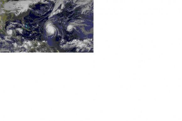 """Imagen de satélite geoestacionario GOES de la NOAA, donde se muestran tres huracanes al mismo tiempo, de izquierda a derecha: Karl, Igor y Julia. Karl, saliendo al Golfo de Campeche después de cruzar Yucatán, Igor, """"gigante"""" por su tamaño, todo lo contrario al """"pigmeo"""" Paula; compárese su tamaño con Cuba y Julia, mucho más pequeño en tamaño, compárese con Igor. Esta imagen fue tomada el día 16 del muy activo mes de septiembre de 2010."""