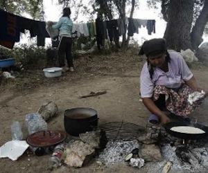 Una mujer rumana calienta en la calle el alimento del día. Foto: Blog Pobreza Mundial