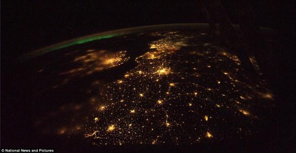 esquema claro: La península de la Florida y el sudeste de los EE.UU. en una noche de otoño, claro, con luz de la luna sobre el agua y la bruma de la atmósfera interior visible