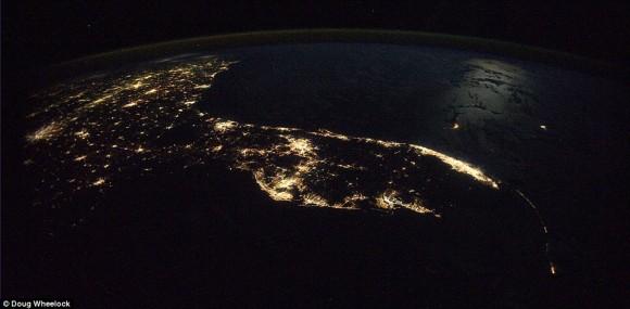 La oscuridad del desierto desolado sin vida en el norte de África y el río Nilo lleno de vida a lo largo de sus costas, y el Mediterráneo más allá