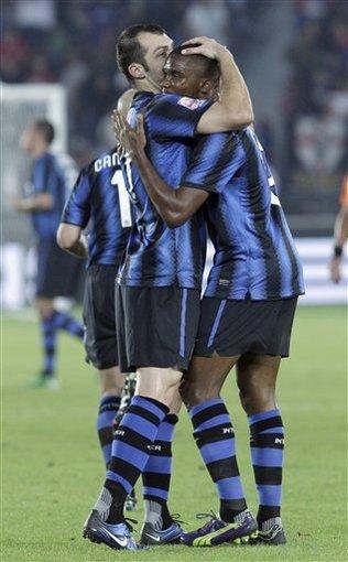 El jugador del Inter, Goran Pandev, izquierda, festeja con su compañero Samuel Eto'o después de un gol de Eto' contra TP Mazembe en la final del Mundial de Clubes el sábado, 18 de diciembre de 2010, en Abu Dhabi.Hussein Malla / AP Photo