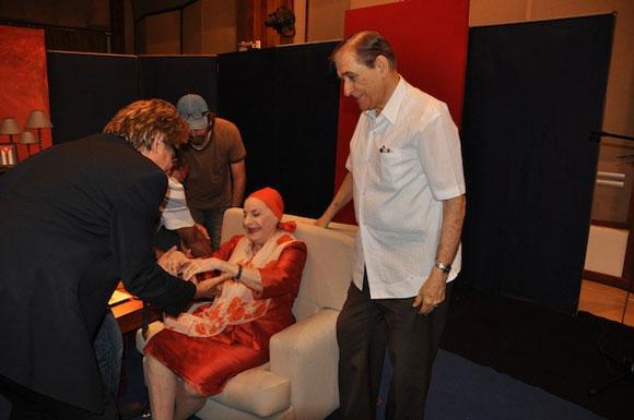 """Alicia Alonso, Pedro (esposo de Alicia) y Amaury Pérez en el programa """"Con 2 que se quieran"""". Foto: Peti"""