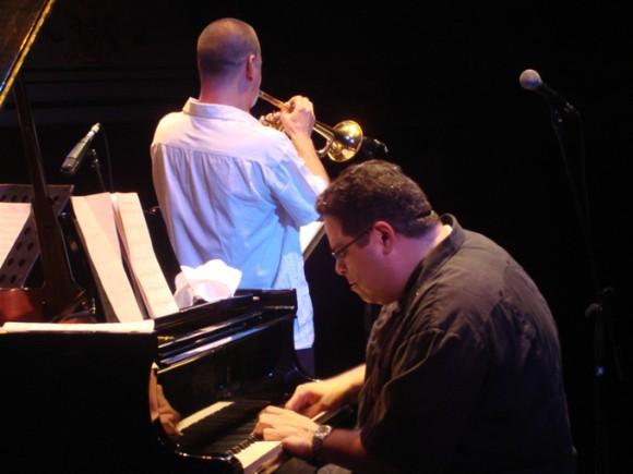 Arturo O'Farril al piano.